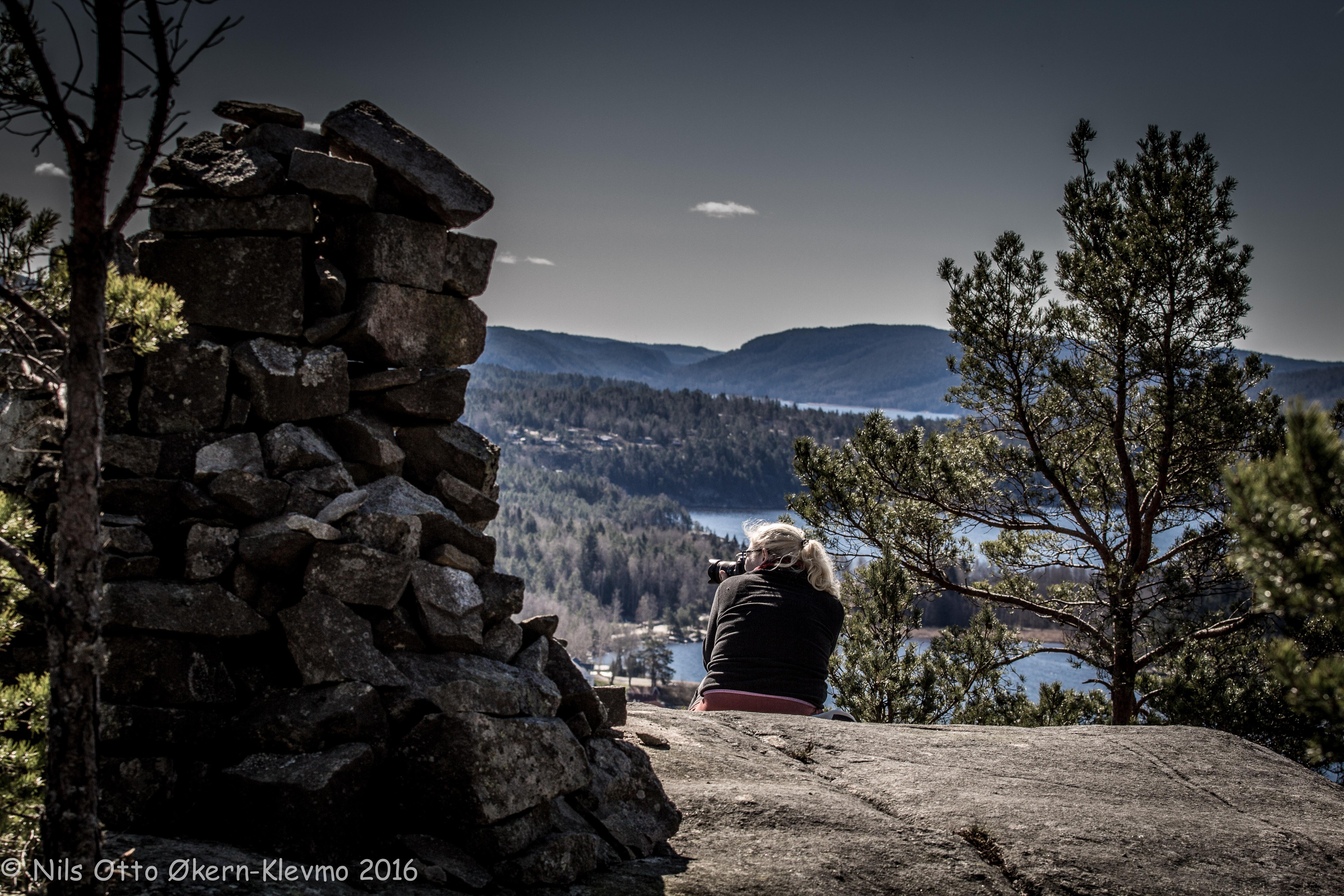 Nina Røsnæs er en av Haldens mange amatørfotografer. Her på Hovsfjellet med utsikt over festivalområdet.