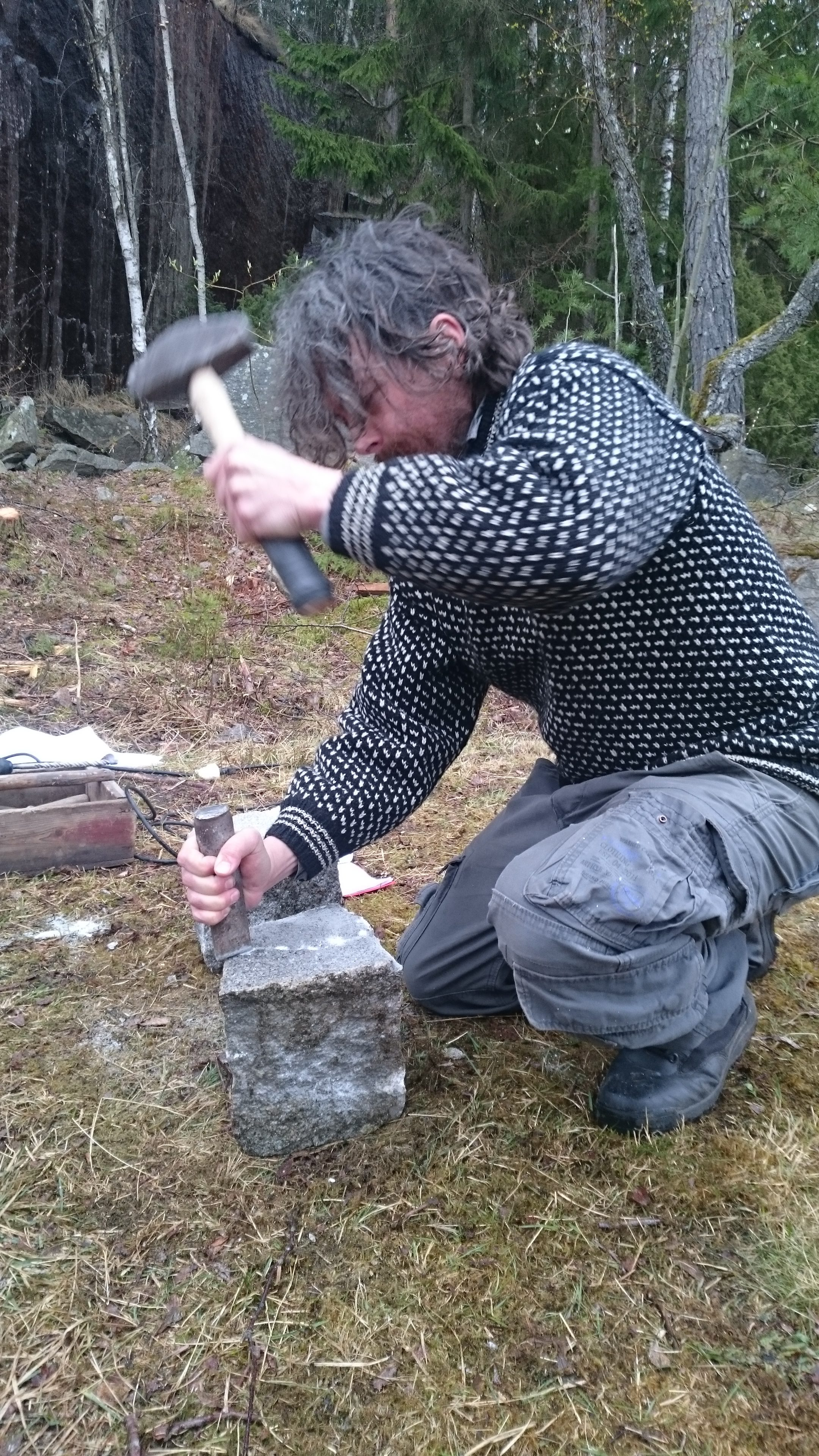 """Når man skal spille stenhogger, må man kunne litt av teknikken. Her Øver Rino Silden seg på å lage """"knott"""" på gamlemåten."""
