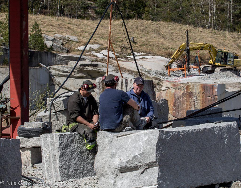 Bjørn Bakke fra Ystehede (th) er skuespiller og en kløpper på granitt. Her er det prat med gutta fra Jogra om hva vi trenger av sten.