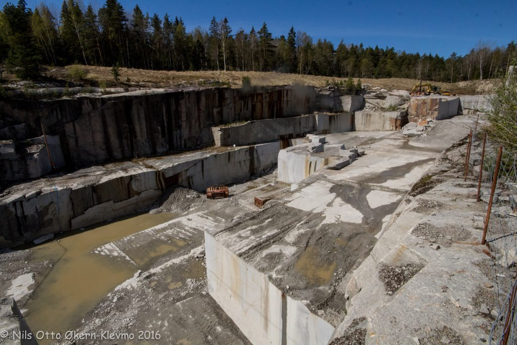 Steinhogger har tatt ut mange tonn med stein i bruddet på Skriverøya.