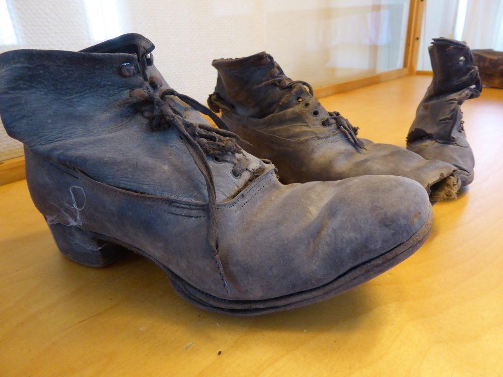 Väl använda skor efter stenhoggarekvinnor